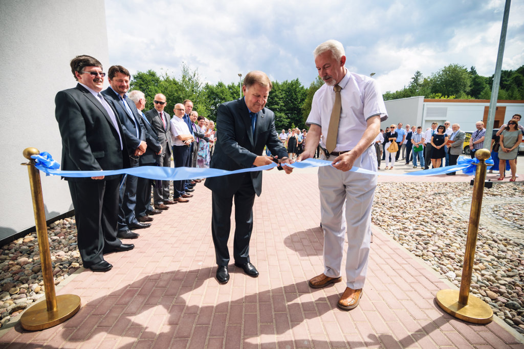 Uroczystego cięcia wstęgi dokonują: prezes PEWIK Gdynia Sp. z o.o. p. Henryk Tomaszewski i prezydent Wejherowa p. Krzysztof Hildebrandt (z prawej)