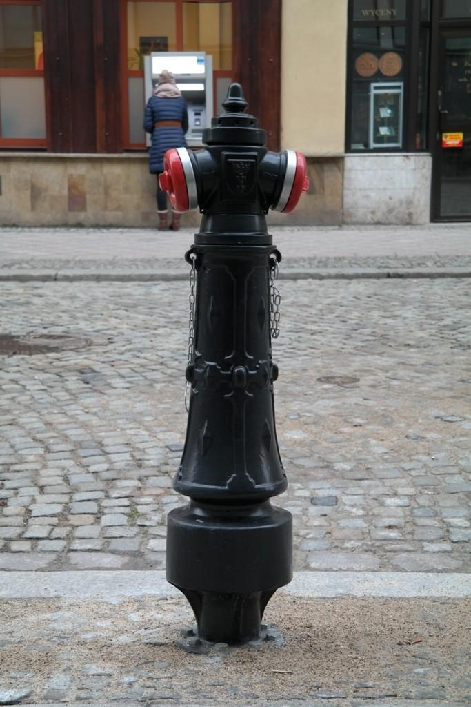 Nowy hydrant na ulicy miasta