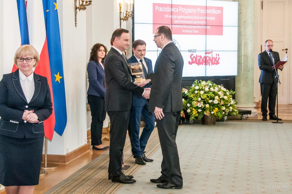 Prezydent RP Andrzej Duda wręcza certyfikat Dyrektorowi MPWiK