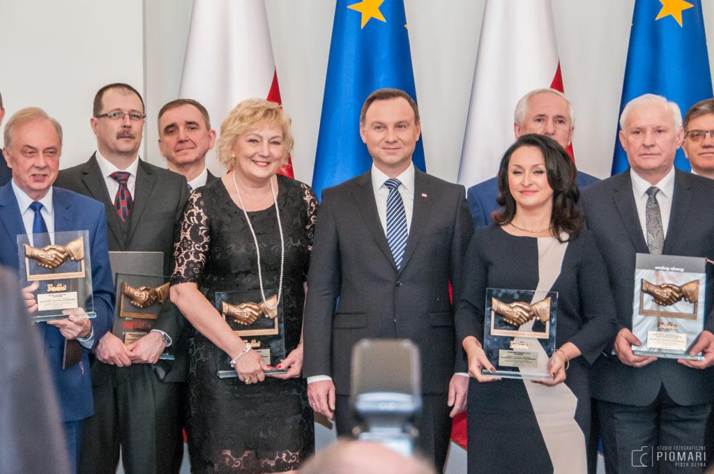 Część laureatów z prezydentem RP Andrzejem Dudą (drugi z lewej dyr. Piotr Boniaszczuk)