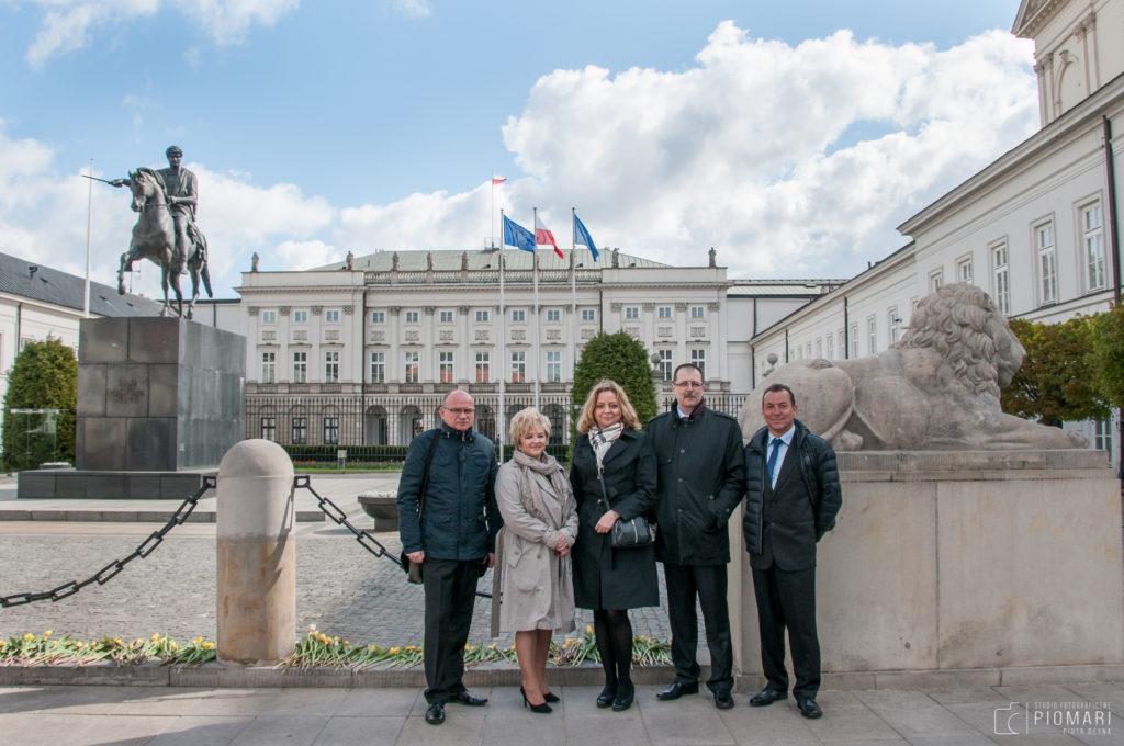 Reprezentanci MPWiK w Lęborku na tle Pałacu Prezydenckiego